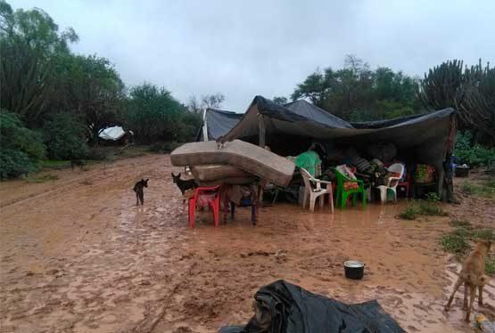 (Prensa ENDEPA). Las graves inundaciones que afectan a la zona norte de la provincia de Salta, a partir de una crecida histórica del río Pilcomayo, obligan por estas horas a la evacuación –de acuerdo a fuentes oficiales del gobierno provincial -de más de 10 mil personas, en su mayoría familias campesinas e Indígenas.