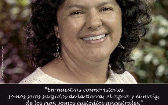 Berta Cáceres fue una de las defensoras más reconocidas de los derechos humanos, los Pueblos Indígenas y el ambiente, al mismo tiempo, de las personas más amenazadas de Honduras. Fue asesinada el 3 de marzo de 2016 por hombres armados que entraron en su casa, en el departamento de Intibucá, al oeste de Tegucigalpa, luego […]